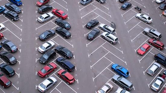 Gäller högerregeln på en parkeringsplats?